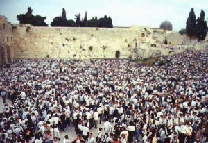 20050407-crowd_jerusalem_wall_432_296_c1